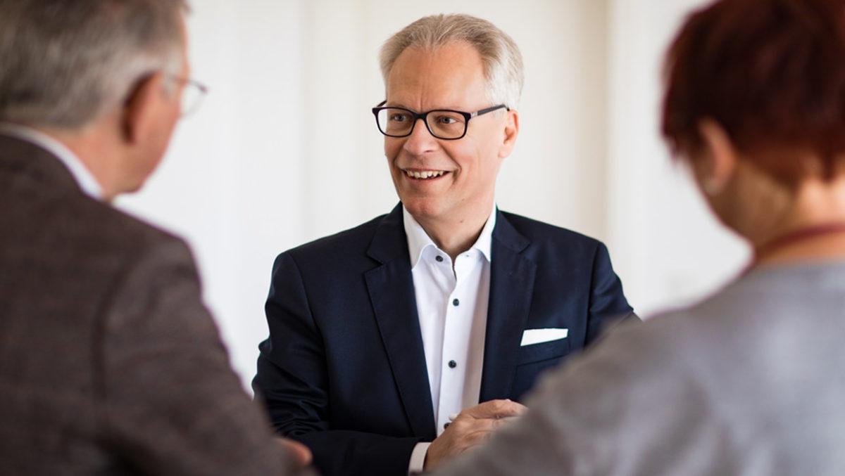 Honoraranlageberater Lothar Schmidt im Gespräch mit Kunden
